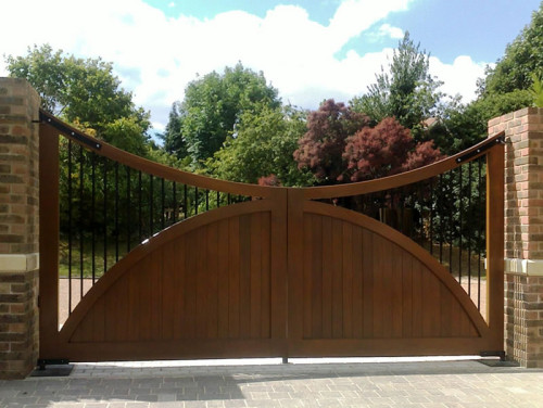 Concave wooden entrance gate with steel spindles - Balmoral A3 - Surrey