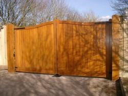Convex wooden driveway gate - Henley H2A